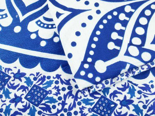 Großes Wandtuch mit Mandala in blau auf weiß