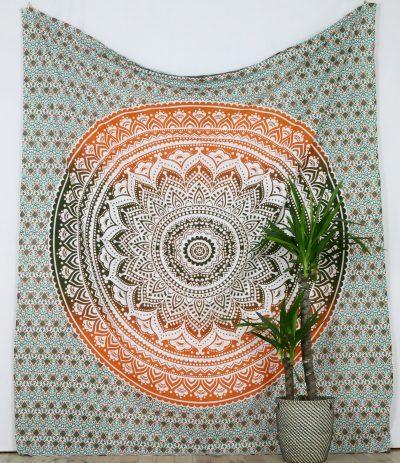 Großes Wandtuch mit Mandala in grün orange auf weiß