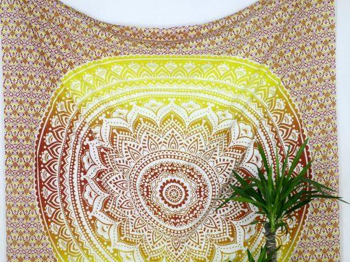 Großes Wandtuch mit Mandala in rot und gelb auf weiß