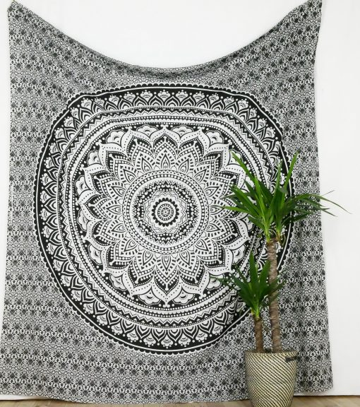 Großes Wandtuch mit Mandala in grau und schwarz auf weiß
