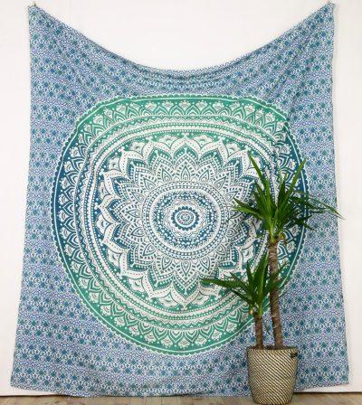 Großes Wandtuch mit Mandala in türkis auf weiß