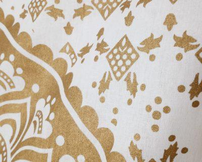 Wandtuch mit gold Mandala auf Untergrund in weiß