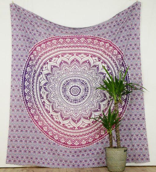Großes Wandtuch mit Mandala in lila und rosa auf weiß