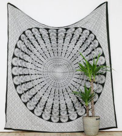 Großes Wandtuch mit Peacock Mandala in schwarz weiß