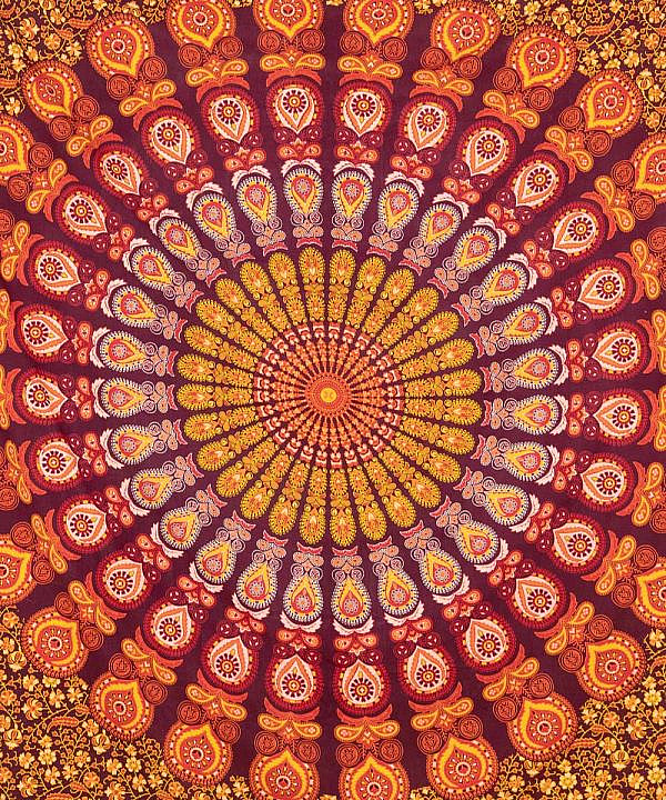 Großes Wandtuch mit Pfauenfeder Mandala in rot orange