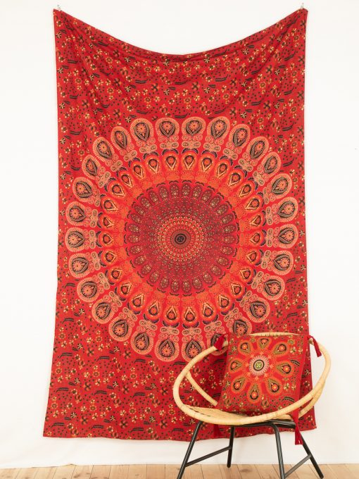 Wandtuch mit Pfauenfeder Mandala in rot weiß