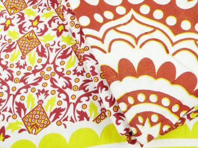 Nahaufnahme Wandtuch in rot und gelb auf weiß