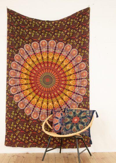 Wandtuch mit Pfauenfeder Mandala in rot grün gelb
