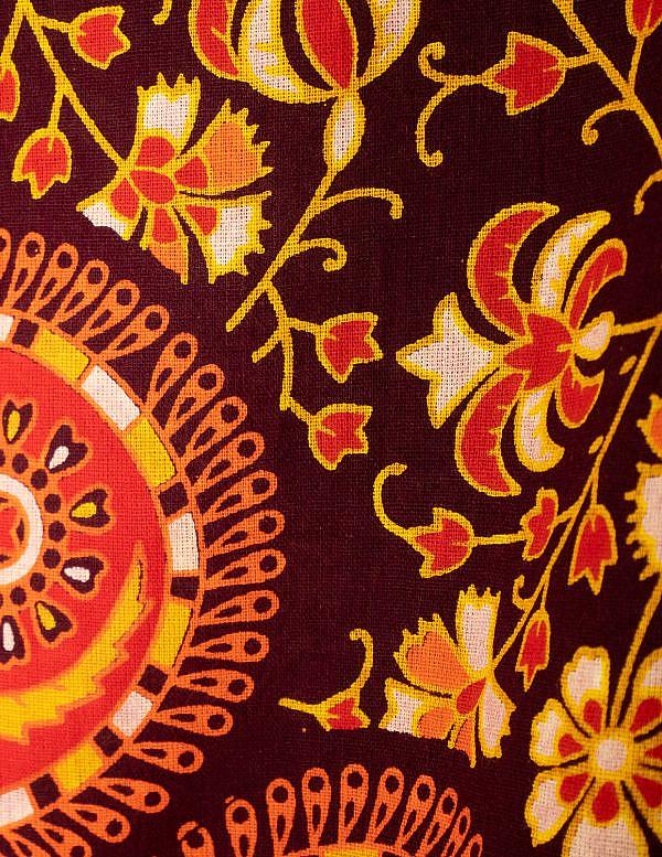 Wandtuch mit Pfauenfeder Mandala in rot orange gelb