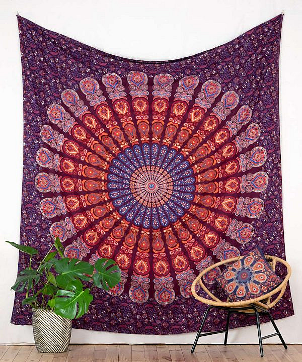 Großes Wandtuch mit Pfauenfeder Mandala in rot blau orange