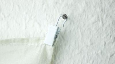 Gardinenklammer in weiß am Nagel