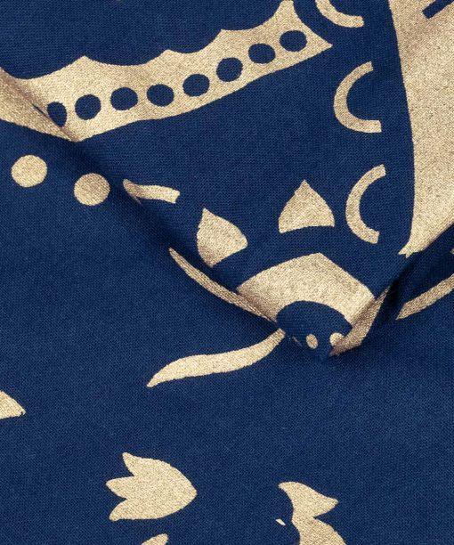 Wandtuch mit goldener Lotusblüte auf Stoff in blau