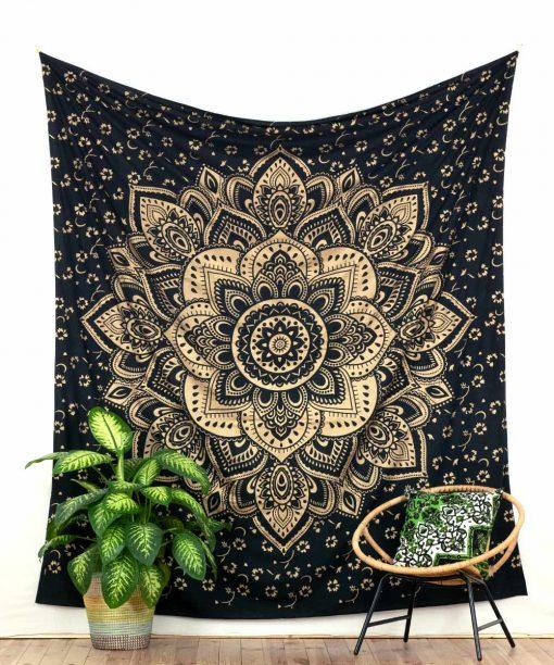 Wandtuch mit goldener Lotusblüte auf Stoff in schwarz