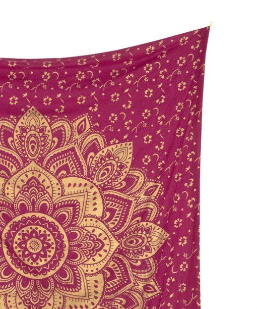 Wandtuch mit goldener Lotusblüte auf Stoff in weinrot