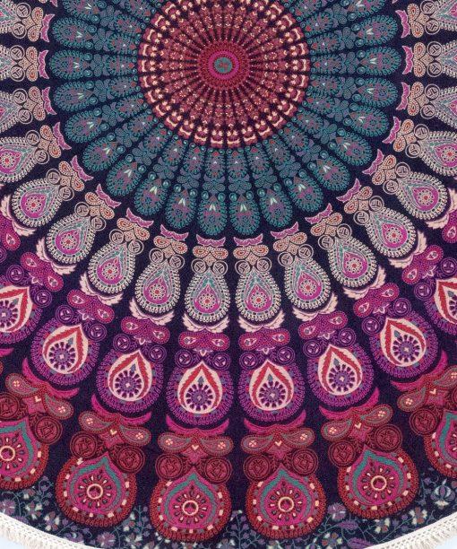 Rundes Strandtuch mit Pfauenfeder Mandala in bordeaux rosa