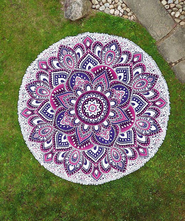 Rundes Strandtuch mit Lotus Mandala in lila rosa