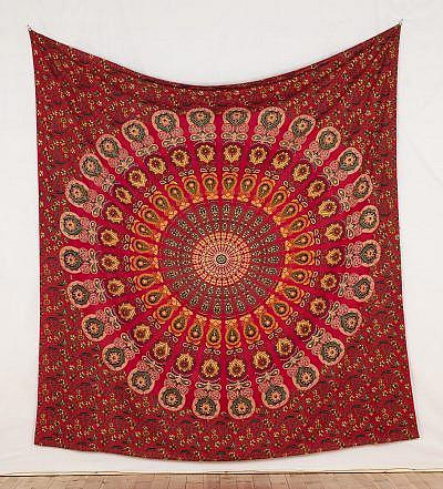 Mandala Wandtuch in rot mit Pfauenfeder Muster