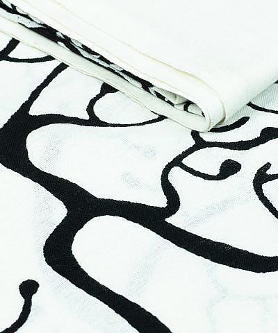 Weißes Tuch mit Aufdruck in schwarz