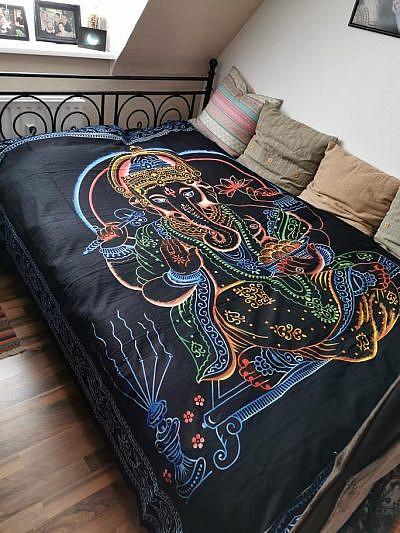 Ganesha Tuch in schwarz bunt als Tagesdecke auf dem Bett