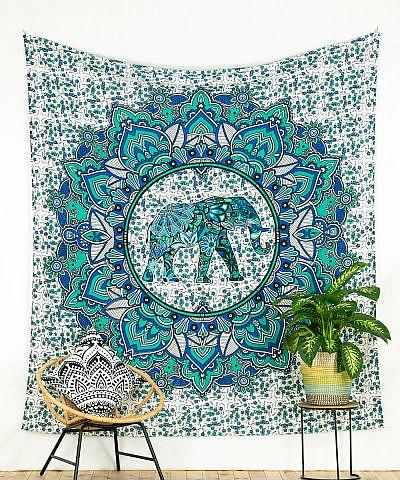 Wandtuch Lotus Elefant blau grün. Weißer Stoff mit floralem Muster.