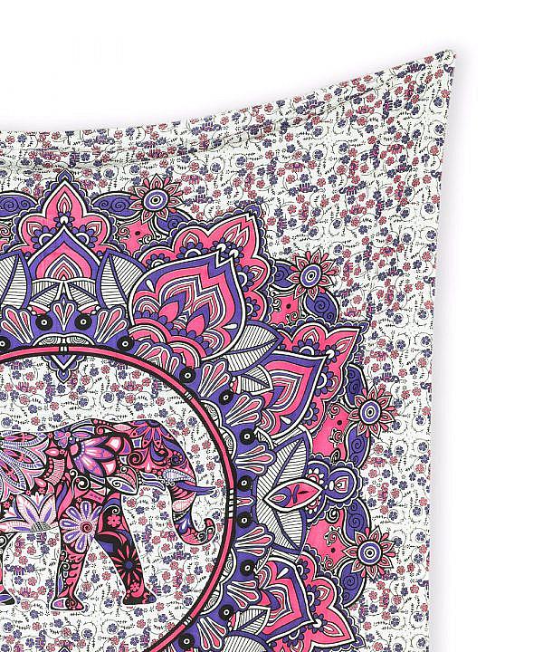 Wandtuch mit Elefant im Blütenkreis in rosa und lila auf Stoff in weiß.
