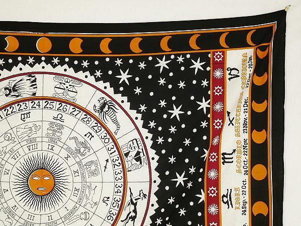 Wandtuch Sternzeichen in schwarz weiß. Darum Sterne um eine zentrale Sonne.