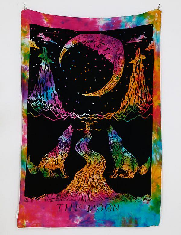 Kleines Wandtuch The Moon batik bunt. Zwei Wölfe, die den Mond anheulen.