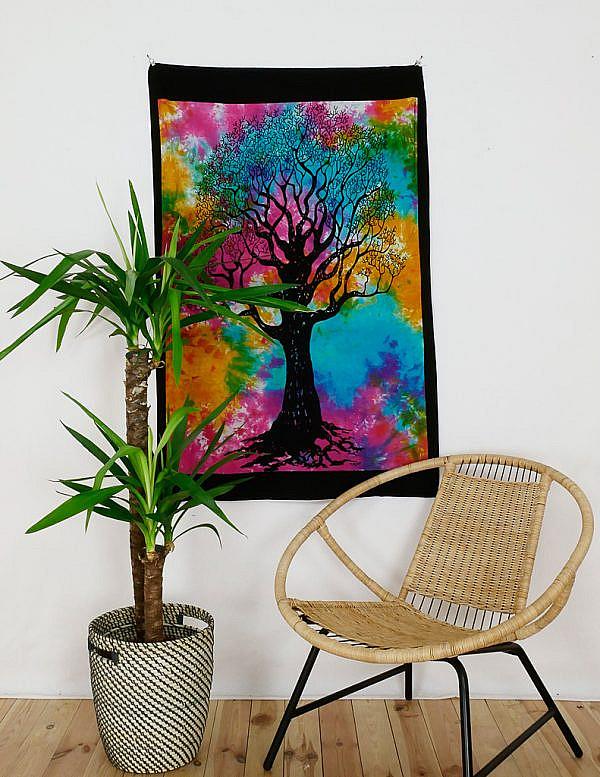 Kleines Wandtuch Weltenbaum batik bunt mit schwarzem Rand