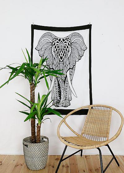Kleines Wandtuch mit Elefant in schwarz auf weiß. Mit Rahmen in schwarz.