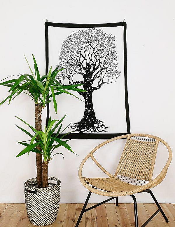 Kleines Wandtuch mit Weltenbaum Yggdrasil in schwarz weiß
