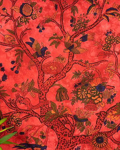 Lebensbaum auf rotem Stoff im Detail