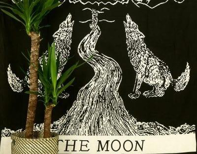 Wandtuch Tarotkarte Der Mond. Mit Wölfen und einem Fluss. In weiß auf schwarz.