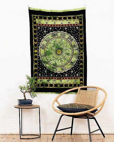 Wandtuch mit Sternzeichen und Sonnenkalender in schwarz grün.