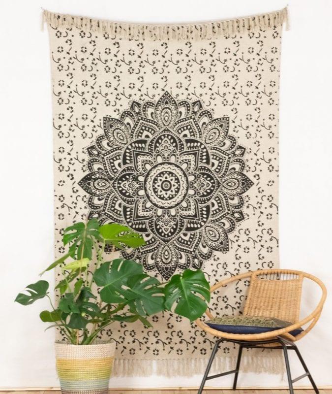 Mandala Teppich an der Wand