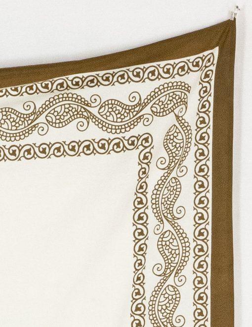 Wandtuch mit braunem Zierrand