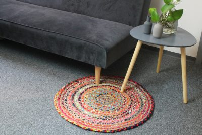 Runder Jute Teppich mit buntem Stoff