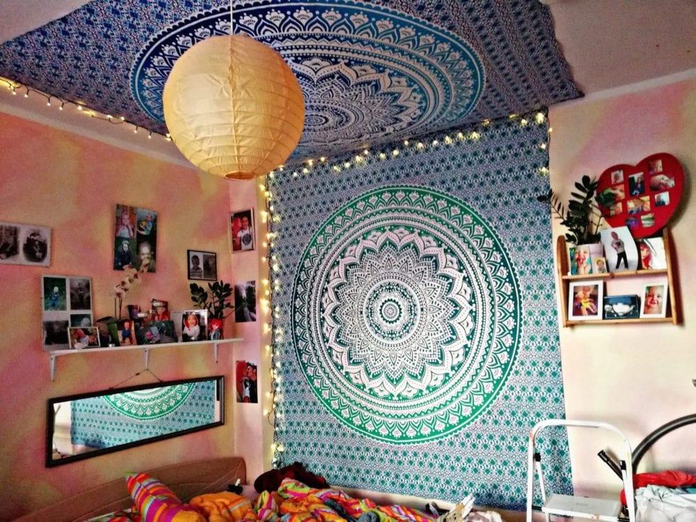 Mandala Wandtücher in türkis und blau an der Wand und der Zimmerdecke