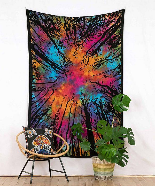 Wandtuch mit Wald in batik bunt