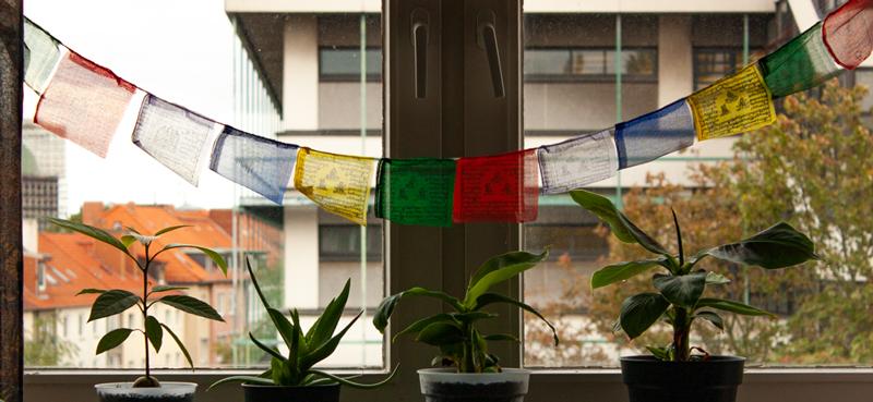 Himalaya Fahnen am Fenster