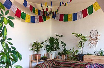 Tibetische Gebetsfahnen hängen unter der Decke