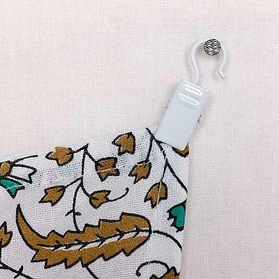 Gardinenklammer in weiß, Wandtuch Befestigung mit Haken