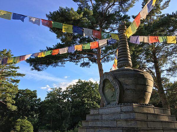 Buddhistischer Tempel mit tibetischen Gebetsfahnen