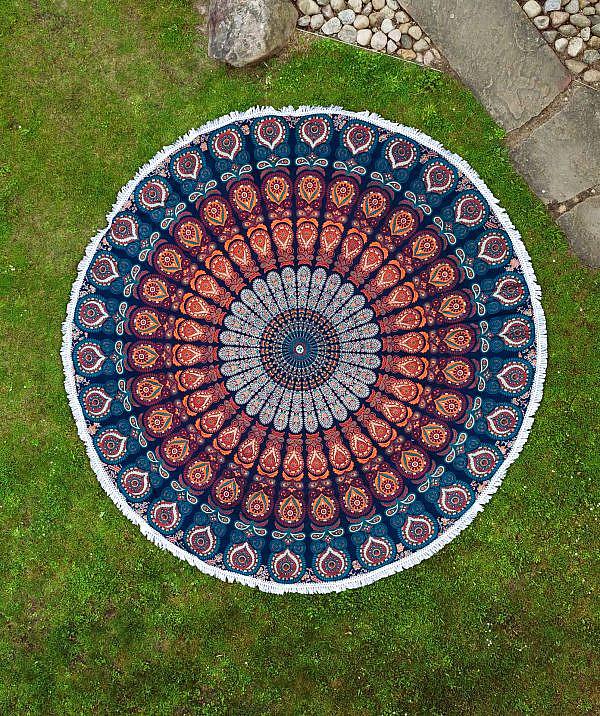 Rundes Strandtuch mit Pfauenfeder Mandala in blau orange türkis
