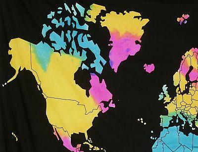 Wandtuch mit bunter Weltkarte auf schwarz